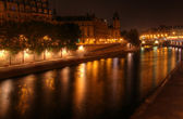 Paris at night: river Seine and illuminated riverbank at Ile de la Cite. — Stock Photo