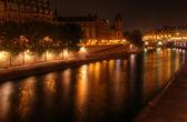 Paris at night: river Seine and illuminated riverbank at Ile de la Cite. — Stock Photo
