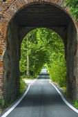 Road through arch in Italy — Stock Photo