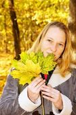 Pretty woman in autumn forrest — Stock Photo