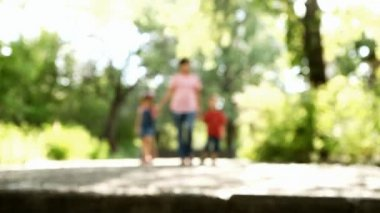 Barn med mamma promenader i en park — Stockvideo