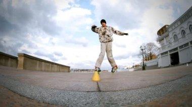 Rides roller skates — Stock Video