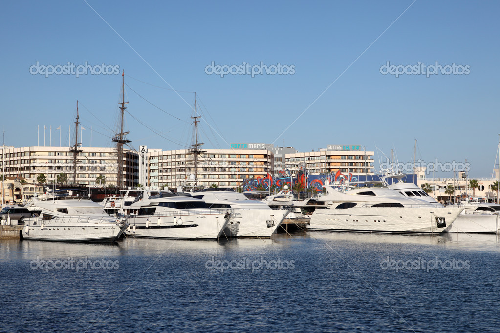 Yachts in the marina of Alicante, Spain — Stock Photo #12628631