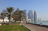 Caminando en la corniche de doha, qatar, medio oriente — Foto de Stock