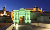 Puerta del puente - poort naar de oude stad van cordoba's nacht verlicht. andalusië — Stockfoto