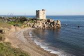 Torre de la sal - věž sůl - a malou pláž blízko estepona, costa del sol, andalusie, španělsko — Stock fotografie