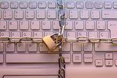 Teclado portátil trancada com um cadeado. conceito de segurança do computador — Foto Stock