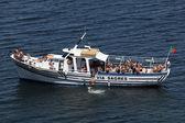 旅游方船锚附近拉各斯,葡萄牙阿尔加维 — 图库照片