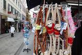 ジブラルタルのメインストリートでの販売のためのお土産 — ストック写真