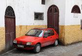 旧プジョー 205 タンジェ、モロッコの狭い通りに駐車 — ストック写真