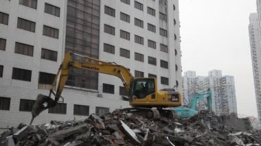 Excavator demolishing a house in the city — Stock Video