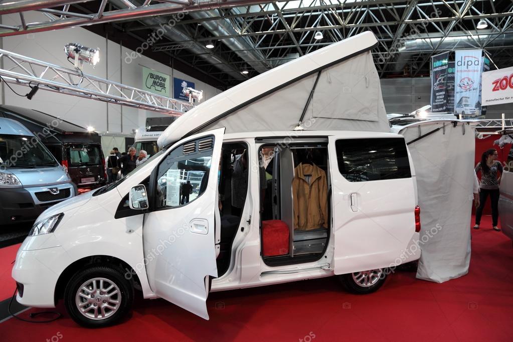 dusseldorf 4 septembre camping car moderne avec toit l vatrice l 39 exposition de salon de. Black Bedroom Furniture Sets. Home Design Ideas