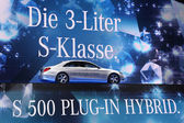 International Motor Show in Frankfurt, Germany. Mercedes Benz presenting new S 500 Plug-In Hybrid at the 65th IAA in Frankfurt, Germany, on September 17, 2013 — Stock Photo