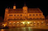 L'hôtel de ville de rothenburg ob der tauber, éclairée la nuit, allemagne — Photo