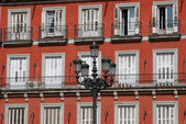 Building exterior and lantern at the Plaza Mayor in Madrid — Zdjęcie stockowe
