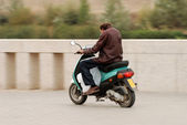 Man with scooter in a spanish town — Stockfoto