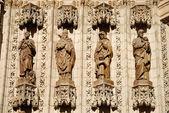 Apostlarna statyer på fasaden av katedralen i sevilla, spanien — Stockfoto
