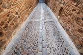 Narrow brick alleyway in the historic center of Toledo, Spain — Stock Photo