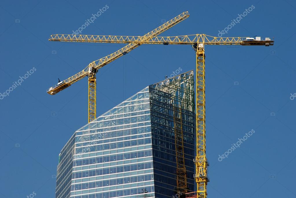 Cantiere di costruzione del grattacielo con due gru alte for Cantiere di costruzione