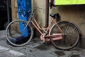Old bike in Florence, Italy — Stok fotoğraf