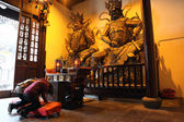 Worship in a buddhist temple in Shanghai, China — Stock Photo