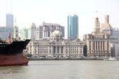 Barge op de huangpu rivier in shanghai, china — Stockfoto