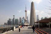 Strandpromenaden vid bund och skyline i pudong i shanghai, Kina — Stockfoto