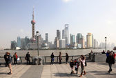 Promenade at the Bund and skyline of Pudong in Shanghai, China — Stock Photo