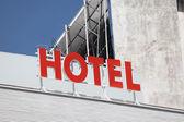 Značka red hotel na vrcholu budovy — Stock fotografie