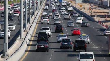 Tráfico en abu Dabi, Emiratos Árabes Unidos — Vídeo de Stock