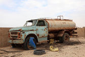 Abandoned old water truck in Qatar, Middle East — Foto de Stock