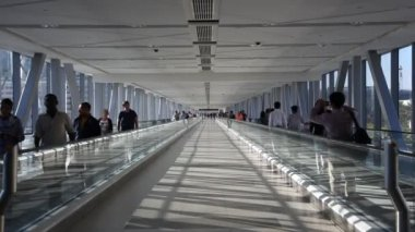 Moving sidewalk in Dubai, UAE — Stock Video