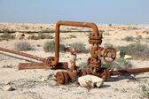 Rusty oil pipes in the desert of Bahrain. Middle East — Foto de Stock