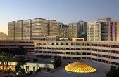 La ciudad de abu dhabi al atardecer. emiratos árabes unidos — Foto de Stock