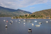 Boats and yachts in the Burguillo Reservoir. Iruelas Valley Natural Reserve, Avila, province Castilla y Leon, Spain — Stock Photo