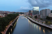 River Nervion in the city of Bilbao at dusk. province of Biscay, Spain — Stock Photo