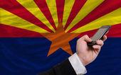 携帯電話の前にアメリカ アリゾナ州の旗します。 — ストック写真