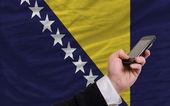ボスニア ヘルツェゴビナの国旗はフロントでの携帯電話 — ストック写真