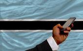 ボツワナの国旗はフロントでの携帯電話 — ストック写真