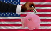 Dólar en alcancía rico y bandera nacional de estados unidos — Foto de Stock