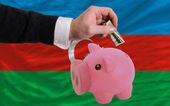 Dollar in piggy rijke bank en de nationale vlag van azerbeidzjan — Stockfoto