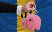 Dollar in reich sparschwein und nationalflagge von barbados — Stockfoto