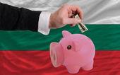 Dollar in reich sparschwein und nationalflagge bulgariens — Stockfoto