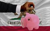 Dólar en alcancía rico y bandera del estado norteamericano de california — Foto de Stock