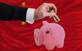Dollar in reich sparschwein und nationalflagge china — Stockfoto