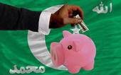 Dollar till rika piggy bank och nationella flagga på komorerna — Stockfoto