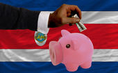 Dólar em piggy bank rico e bandeira nacional da costa rica — Foto Stock