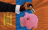 Dolar do prasátko bohaté banky a státní vlajka mongolska — Stock fotografie