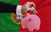 Dollar in piggy rijke bank en de nationale vlag van portugal — Stockfoto