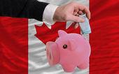 カナダの国旗を銀行貯金箱のリッチ ユーロの資金 — ストック写真